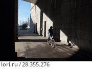 Купить «Москва, велосипедист и фрагмент Большого Краснохолмского моста», эксклюзивное фото № 28355276, снято 14 мая 2017 г. (c) ДеН / Фотобанк Лори