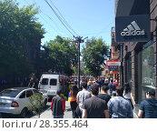 Купить «На улице Еревана. 1 мая 2018», фото № 28355464, снято 1 мая 2018 г. (c) Агата Терентьева / Фотобанк Лори