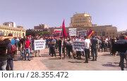 Купить «Люди с транспарантами и флагами на площади Еревана», фото № 28355472, снято 1 мая 2018 г. (c) Агата Терентьева / Фотобанк Лори