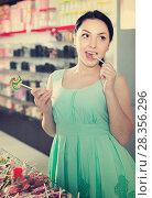 cheerful girl posing in the store with lolly. Стоковое фото, фотограф Яков Филимонов / Фотобанк Лори