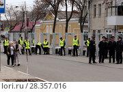 Купить «Полицейские у рамок металлодетектора», фото № 28357016, снято 1 мая 2018 г. (c) Светлана Кириллова / Фотобанк Лори