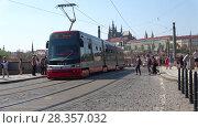 Купить «Трамвай проходит по Манесову мосту. Прага, Чехия», видеоролик № 28357032, снято 21 апреля 2018 г. (c) Виктор Карасев / Фотобанк Лори