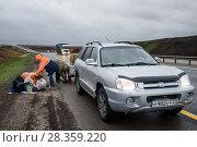 Купить «Люди ремонтируют автомобильный прицеп на дороге», эксклюзивное фото № 28359220, снято 19 апреля 2018 г. (c) Игорь Низов / Фотобанк Лори