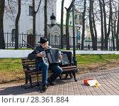 Купить «Уличный музыкант играет на аккордеоне на Георгиевской улице около Никольской церкви. Город Владимир», эксклюзивное фото № 28361884, снято 2 мая 2018 г. (c) Макаров Алексей / Фотобанк Лори