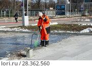 Купить «Работница коммунальной службы в оранжевой спецодежде убирает мусор. Город Москва, Лужнецкая набережная, апрель», эксклюзивное фото № 28362560, снято 8 апреля 2018 г. (c) Щеголева Ольга / Фотобанк Лори