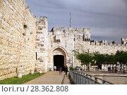 Купить «Люди прогуливаются у Яффских ворот Старого города в Иерусалиме», фото № 28362808, снято 16 мая 2014 г. (c) Александр Гаценко / Фотобанк Лори
