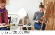 Купить «Young female artists draws sketches of nude model», видеоролик № 28363008, снято 28 мая 2018 г. (c) Константин Шишкин / Фотобанк Лори
