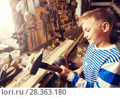 Купить «happy little boy with hammer and plank at workshop», фото № 28363180, снято 14 мая 2016 г. (c) Syda Productions / Фотобанк Лори
