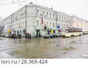 Купить «Трамвай стоит на светофоре около трёхэтажного кирпичного жилого дома, 56/17 строение 1, на перекрестке Бауманской улицы и Аптекарского переулка», эксклюзивное фото № 28369424, снято 17 ноября 2009 г. (c) Алёшина Оксана / Фотобанк Лори