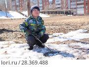 Купить «Маленький мальчик рыбачит  ранней весной», фото № 28369488, снято 21 апреля 2018 г. (c) хохрякова альбина накиповна / Фотобанк Лори