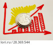 Стопка монет и график роста. Стоковое фото, фотограф ViktoriiaMur / Фотобанк Лори