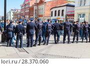 Купить «Police officers block an Leningradskaya street during an opposition protest rally», фото № 28370060, снято 5 мая 2018 г. (c) FotograFF / Фотобанк Лори