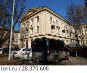 Купить «Трёхэтажный кирпичный двухподъездный жилой дом (1950 года постройки). 1-я Парковая улица, 49. Район Измайлово. Город Москва», эксклюзивное фото № 28370608, снято 24 апреля 2018 г. (c) lana1501 / Фотобанк Лори