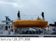 Купить «Спасательная шлюпка на палубе нефтеналивного танкера», фото № 28371808, снято 20 августа 2017 г. (c) Pukhov K / Фотобанк Лори