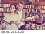 Купить «Guy interested in book that girl reading», фото № 28373288, снято 18 января 2018 г. (c) Яков Филимонов / Фотобанк Лори