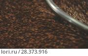Купить «Closeup Cropped Shot of a Traditional Roaster Mixing Freshly Roasted Coffee Beans», видеоролик № 28373916, снято 10 апреля 2017 г. (c) Ярослав Данильченко / Фотобанк Лори