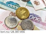 Купить «Российские монеты и купюры», эксклюзивное фото № 28387856, снято 7 мая 2018 г. (c) Юрий Морозов / Фотобанк Лори
