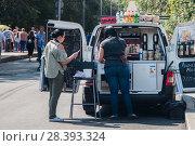 Купить «Мобильное  кафе», фото № 28393324, снято 10 сентября 2017 г. (c) Владимир Казанков / Фотобанк Лори
