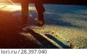 Купить «Sport man running at asphalt road. Rural city park. Green tree forest and sun rays on horizon.», видеоролик № 28397040, снято 16 апреля 2018 г. (c) Александр Маркин / Фотобанк Лори