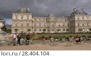 Купить «Palace in Luxembourg Gardens with visitors relaxing outdoor, Paris», видеоролик № 28404104, снято 29 сентября 2017 г. (c) Данил Руденко / Фотобанк Лори