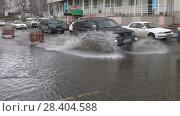 Купить «Легковые автомобили едут по затопленной дороге», видеоролик № 28404588, снято 12 мая 2018 г. (c) А. А. Пирагис / Фотобанк Лори