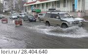 Купить «Автомобили едут по луже на улице города», видеоролик № 28404640, снято 12 мая 2018 г. (c) А. А. Пирагис / Фотобанк Лори