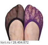 Пара женских ного в разных подследниках. Стоковое фото, фотограф Элина Гаревская / Фотобанк Лори