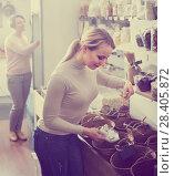 Купить «Woman picking cereals in organic store», фото № 28405872, снято 19 апреля 2019 г. (c) Яков Филимонов / Фотобанк Лори
