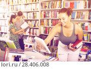 Купить «Girl looking for new literature», фото № 28406008, снято 16 сентября 2016 г. (c) Яков Филимонов / Фотобанк Лори