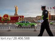 Купить «Китайский полицейский идет по улице мимо огромного памятника Мао Цзэдуну в городе Кашгар, Синьцзян-Уйгурский автономный район Китая», фото № 28406588, снято 22 марта 2016 г. (c) Николай Винокуров / Фотобанк Лори