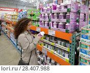 Купить «Woman reading indredients of Kirkland Women formula supplements at Costco Wholesale membership warehouse store pharmacy section. British Columbia, Canada.», фото № 28407988, снято 13 марта 2018 г. (c) age Fotostock / Фотобанк Лори
