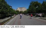 Купить «Moscow, Russia - May 12. 2018. People walk in Alexander Garden along the Kremlin», видеоролик № 28409892, снято 13 мая 2018 г. (c) Володина Ольга / Фотобанк Лори