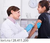 Купить «Doctor makes injection girl», фото № 28411200, снято 1 октября 2018 г. (c) Яков Филимонов / Фотобанк Лори
