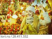 Купить «woman shopping at Christmas fair before Xmas in evening time», фото № 28411332, снято 24 мая 2018 г. (c) Яков Филимонов / Фотобанк Лори