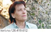 Купить «Mature Woman Looking Forward at the Sky», видеоролик № 28419612, снято 2 мая 2018 г. (c) Илья Шаматура / Фотобанк Лори