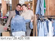 Купить «Couple is choosing jeans blouse for her», фото № 28420108, снято 12 марта 2018 г. (c) Яков Филимонов / Фотобанк Лори