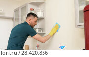 Купить «man with rag cleaning wall at home kitchen», видеоролик № 28420856, снято 12 мая 2018 г. (c) Syda Productions / Фотобанк Лори