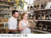 Купить «Smiling man and young woman holding glass can», фото № 28427148, снято 26 июня 2019 г. (c) Яков Филимонов / Фотобанк Лори