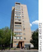 Купить «Четырнадцатиэтажный шестиподъездный кирпичный жилой дом, построен в 1987 году по индивидуальному проекту. 2-й Красносельский переулок, 2. Красносельский район. Город Москва», эксклюзивное фото № 28450072, снято 17 мая 2018 г. (c) lana1501 / Фотобанк Лори