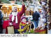 Купить «Little girl with dad buying decorations for Xmas», фото № 28450408, снято 21 сентября 2018 г. (c) Яков Филимонов / Фотобанк Лори