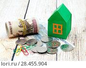 Купить «Бумажный зеленый домик и деньги. Покупка нового дома», фото № 28455904, снято 21 мая 2018 г. (c) Наталья Осипова / Фотобанк Лори