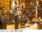 Купить «Мастер-класс по изготовлению деревянных башмаков-кломпов. Зансе-Сханс. Нидерланды», эксклюзивное фото № 28466608, снято 3 мая 2018 г. (c) Сергей Афанасьев / Фотобанк Лори