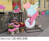 Купить «Рекламная конструкция, декоративное оформление. Медведь на велосипеде и кадки с цветами. Малая Конюшенная улица, Санкт-Петербург.», фото № 28466848, снято 13 мая 2018 г. (c) ViktoriiaMur / Фотобанк Лори