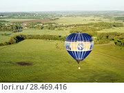 Купить «Воздушный шар летит на фоне среднерусского пейзажа», фото № 28469416, снято 27 мая 2018 г. (c) Инна Грязнова / Фотобанк Лори