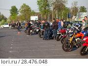 Купить «Мотоциклисты собрались на площади для участия в тренировке по джимхане», фото № 28476048, снято 17 мая 2018 г. (c) Кекяляйнен Андрей / Фотобанк Лори