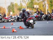 Купить «Мотоциклист объезжает разложенные конусы на асфальтовой дороге», фото № 28476124, снято 17 мая 2018 г. (c) Кекяляйнен Андрей / Фотобанк Лори