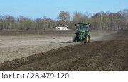 Купить «Колесный трактор с плугом, пашущий землю в поле. Time lapse», видеоролик № 28479120, снято 30 мая 2018 г. (c) А. А. Пирагис / Фотобанк Лори