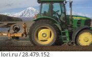 Купить «Фермер на тракторе с плугом вспахивает поле», видеоролик № 28479152, снято 30 мая 2018 г. (c) А. А. Пирагис / Фотобанк Лори