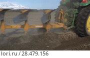 Купить «Сельскохозяйственный трактор с плугом, пашущий землю», видеоролик № 28479156, снято 30 мая 2018 г. (c) А. А. Пирагис / Фотобанк Лори