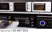Купить «Image of assortment of a kitchen microwave at household appliances store», фото № 28487892, снято 1 марта 2018 г. (c) Яков Филимонов / Фотобанк Лори
